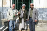 Кабулдагы көрүстөндөгү Бухара Эмиринин күмбөзүндө Правда гезитинин кабарчысы Владимир Пластун. Архив