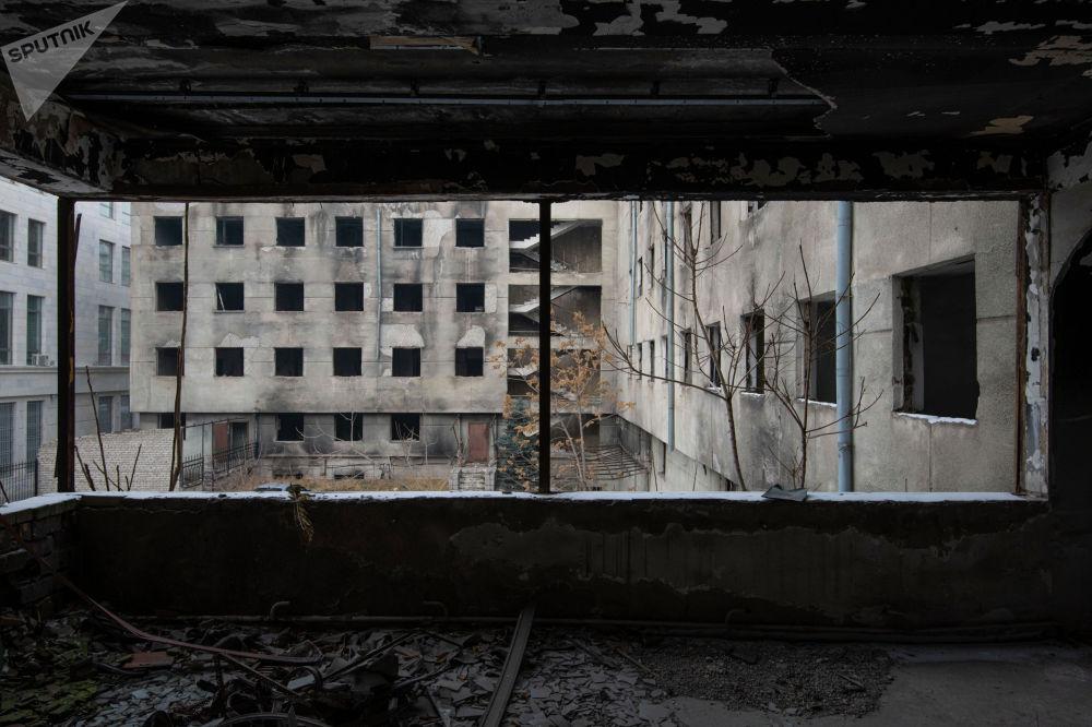 Имарат Киев менен Орозбеков көчөлөрүнүн кесилишинде жайгашкан