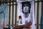 Роза рядом с знаменитым аргентинским футболистом Диегой Марадоной, у обелиска в Буэнос-Айресе. Аргентина, 25 ноября 2020 года