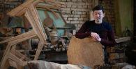 Мастер по дереву Илан Атабаев в своей мастерской
