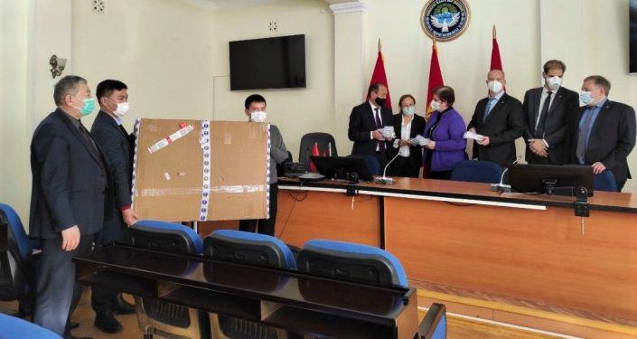 Они хотят обменяться опытом с кыргызскими коллегами и оказать поддержку в сфере диагностики в лабораториях страны в рамках борьбы с COVID