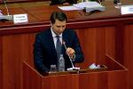 Исполняющий обязанности премьер-министра, первый вице-премьер Артем Новиков выступил кратко перед депутатами на кыргызском языке.