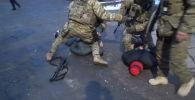 Задержанных подозревают в вымогательстве у предпринимателя торговой точки в одном из торговых центров Бишкека.