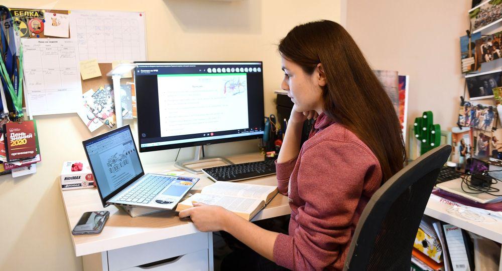 Студентка на дистанционном обучении. Архивное фото