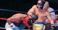 Футболчу Диего Марадона кесипкөй бокстун эки салмак боюнча дүйнө чемпиону Сантос Ласьяр менен 1996-жылы бокс беттеши учрунда. Архив
