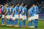 Игроки итальянского футбольного клуба Наполи в футболках с фамилией Диего Марадоны на матче с хорватской Риеки