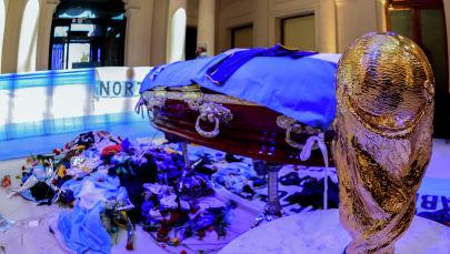 Гроб с телом легенды аргентинского футбола Диего Марадоны во время его поминки в часовне президентского дворца Casa Rosada в Буэнос-Айресе. 26 ноября 2020 года