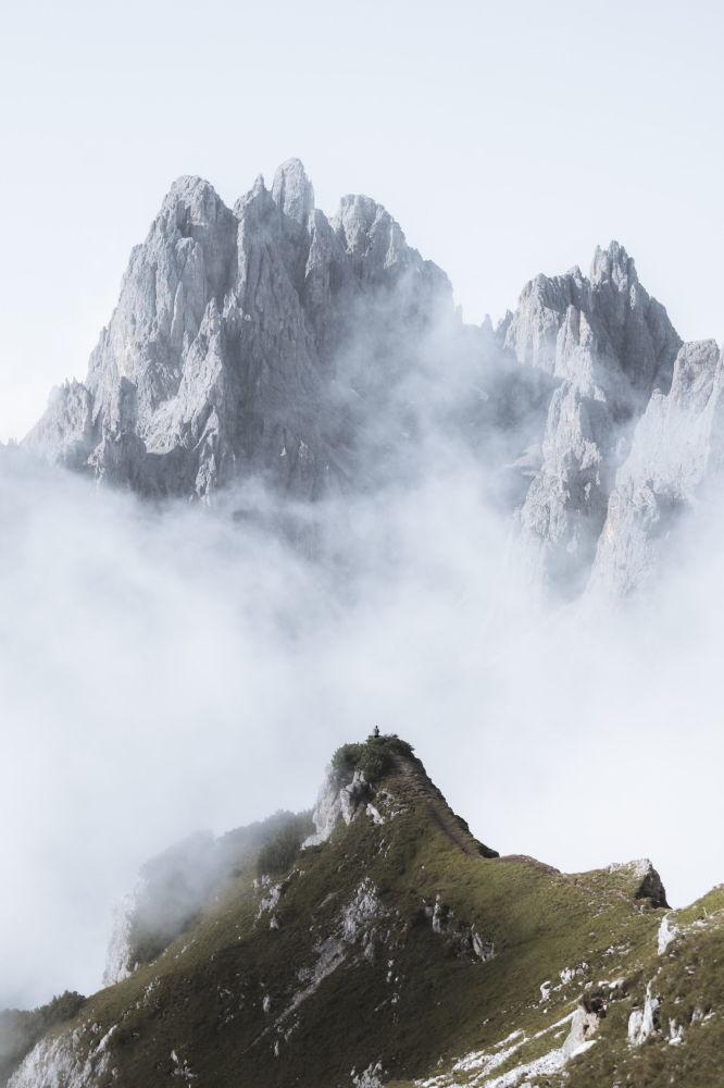 Итальянский фотограф Ester Turri прислал на конкурс снимок Перед великанами