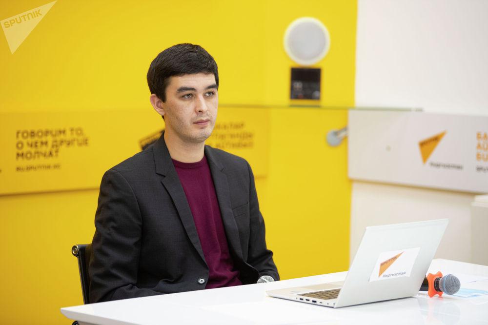 Модератор брифинга Алимджан Валиев