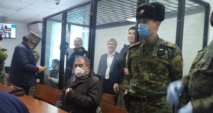 Также в суд доставлены сторонники экс-главы государства Фарид Ниязов и Канат Сагынбаев. Они, как и Атамбаев, находятся под арестом