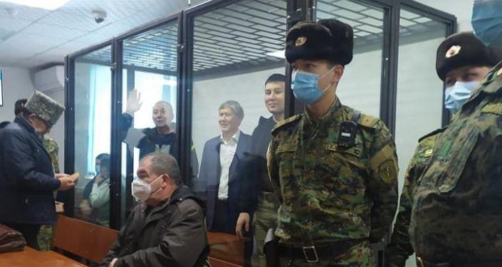 Бывший президент Алмазбек Атамбаев доставлен на заседание в Первомайский районный суд Бишкека