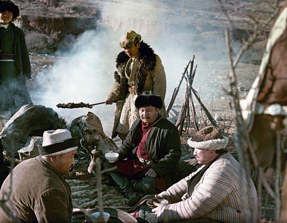 Байзактын образын жараткан Советбек Жумадылов жан-жөкөрлөрү менен
