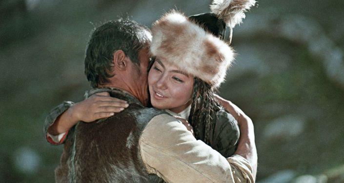 Актриса Айтурган Темирова в образе Каличи во время съемок фильма Алые маки Иссык-Куля