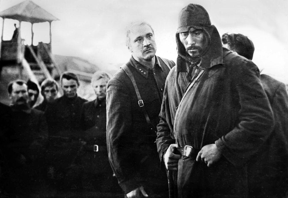 Совет бийлигин жактаган Карабалта жана заставадагы чек арачылар