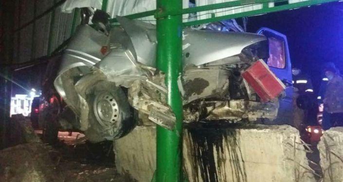 Последствия ДТП с участием микроавтобуса Mercedes-Benz на трассе Бишкек — Ош