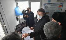 Исполняющий обязанности премьер-министра, первый вице-премьер-министр КР Артем Новиков в контрольно-пропускном пункте Чалдовар