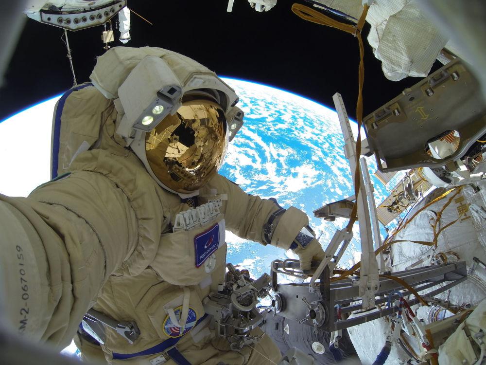 Российский космонавт Сергей Кудь-Сверчков во время выхода в открытый космос