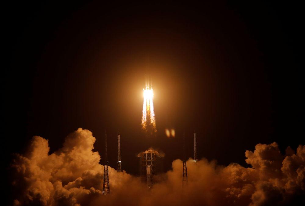Long March-5 Y5 ракетасы Айды иликтөө үчүн Кытайдын Вэньчан космодромунан учурулууда