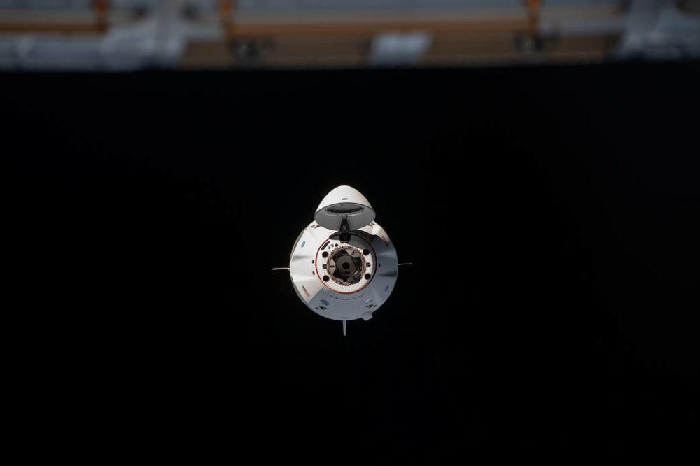 Космический корабль Crew Dragon перед стыковкой с МКС