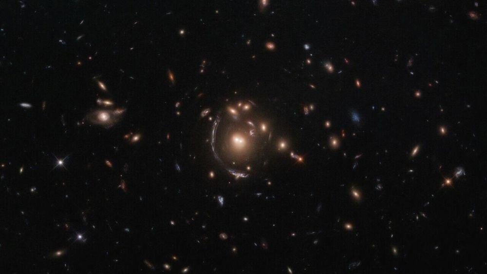 Галактика LRG-3-817 в форме дуги