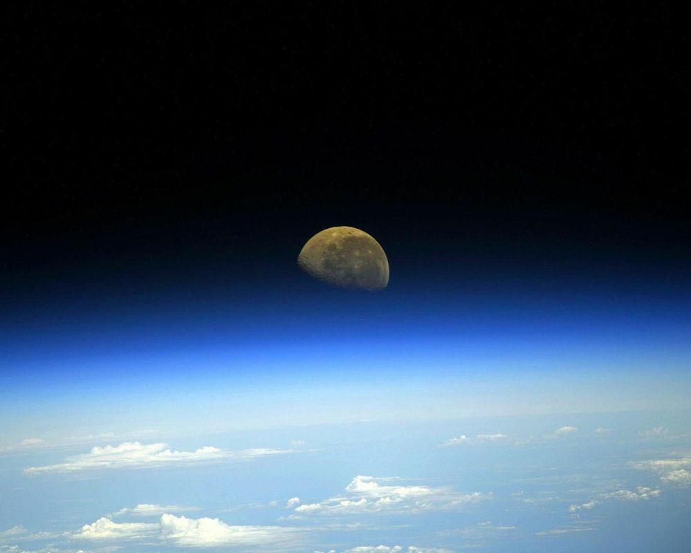 Снимок Луны с борта Международной космической станции