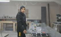 Владелец мебельного цеха Аман Джеенбеков в своей мастерской