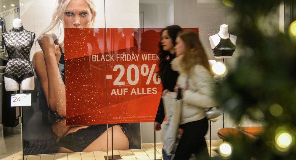 Покупатели в одном из торговых центов во время акции Черная пятница. Архивное фото