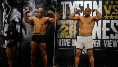 Майк Тайсон и Рой Джонс младший во время взвешивания на выставочном поединке в супертяжелом весе за титул WBC Frontline Belt в Лос-Анджелесе, Калифорния, (США)