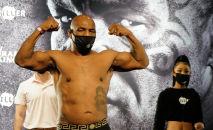 Майк Тайсон во время взвешивания на выставочном поединке в супертяжелом весе за титул WBC Frontline Belt в Лос-Анджелесе, Калифорния, (США)