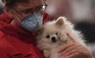 Женщина с собакой на руках. Архивное фото