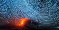 Известный авиационный фотограф Марина Лысцева сняла таймлапс-кадры вспышки метеора над извергающимся камчатским вулканом Ключевской (Россия).