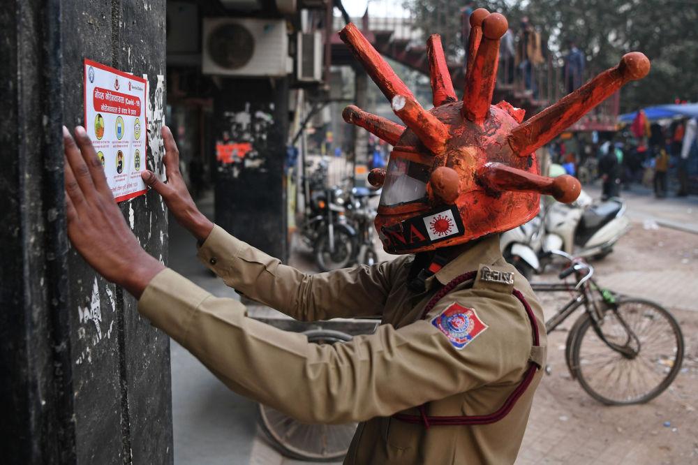 Жарандык коргонуунун ыктыярчысы Нью-Дели шаарындагы базарга жарнама чаптоодо