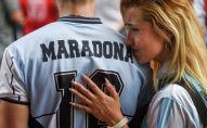 Люди собираются оплакивать смерть легенды футбола Диего Марадона в Буэнос-Айресе