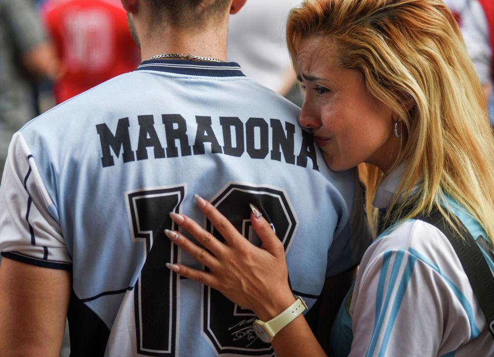 Дүйнөлүк футболдун легендасы Диего Марадонаны акыркы сапарга узатуу үчүн Буэнос-Айрестеги (Аргентина) стадиондо чогулган эл. Спортчу 25-ноябрда 60 жаш курагында көз жумду