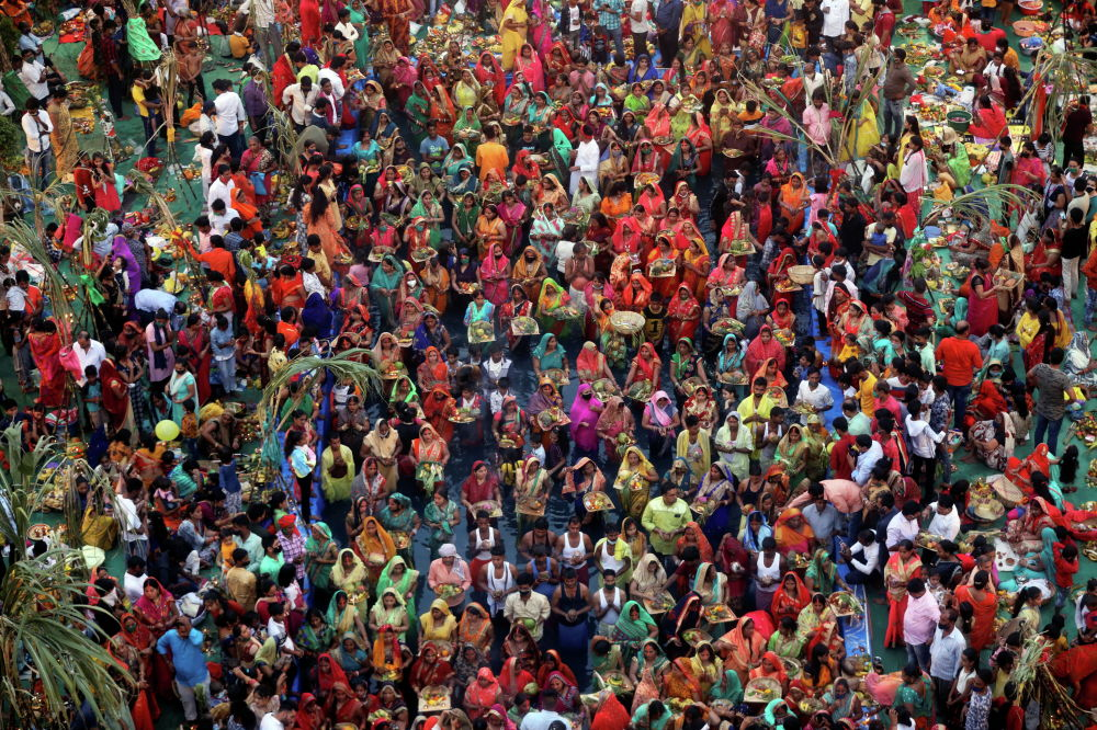 Индуизм ишенимин кармангандар Чхат Пуджа майрамында Күн кудайына сыйынып жатышат. Мумбаи (Индия)
