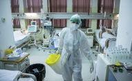 Медицинский работник лечит пациентов, болеющих COVID-19
