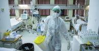 COVID-19га кабылган бейтаптарды караган врач. Архивдик сүрөт