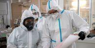 Медицинские работники в отделении реанимации и интенсивной терапии в госпитале COVID-19. Архивное фото