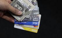 Банковские карты и тысяча сомовые купюры. Иллюстративное фото