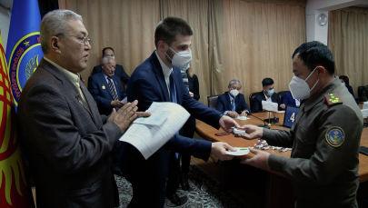 Медалей удостоены около 40 отличившихся спасателей, медиков, милиционеров и военных. Их вручили глава чернобыльцев Кыргызстана, а также сотрудники посольства России.
