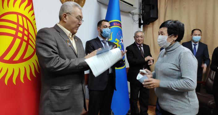 За активное участие в борьбе с распространением коронавируса награждены спасатели, медики, милиционеры и военные