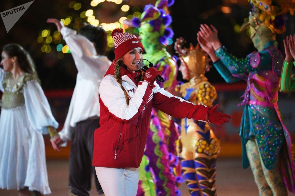 Олимпиада жеңүүчүсү, дүйнөнүн эки жолку чемпиону Татьяна Навка бардык каалоочулар үчүн муз үстүндө көнүгүүлөрдү көрсөттү