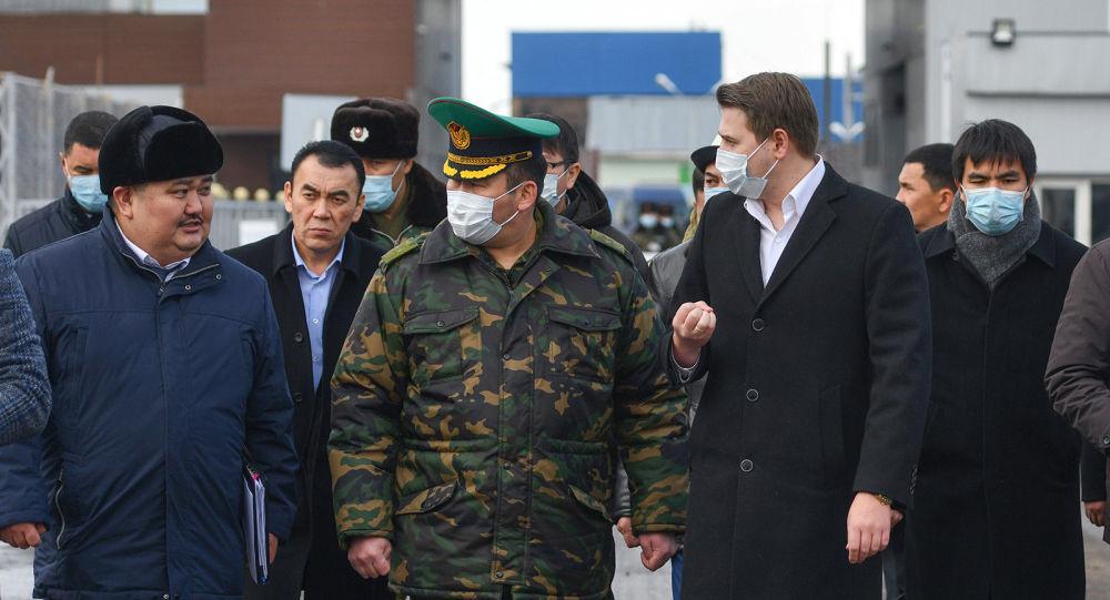 Исполняющий обязанности премьер-министра, первый вице-премьер-министр КР Артем Новиков посетил контрольно-пропускной пункт Чалдовар