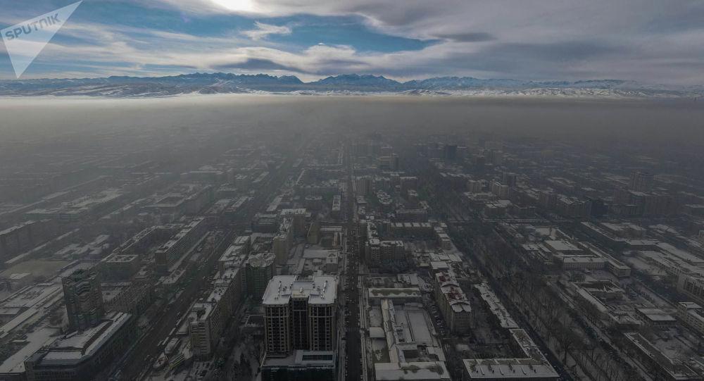 Центр Бишкека окутанный густым смогом с высоты