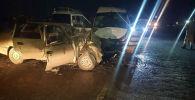Последствия ДТП в селе Бургонду Ноокенского района, где столкнулись микроавтобус и легковое авто.