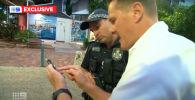 В Австралии у ведущего прогноза погоды Люка Брэднема угнали машину, когда он вел репортаж в прямом эфире. Он на глазах у зрителей побежал за своим автомобилем и успел снять на камеру телефона угонщика.