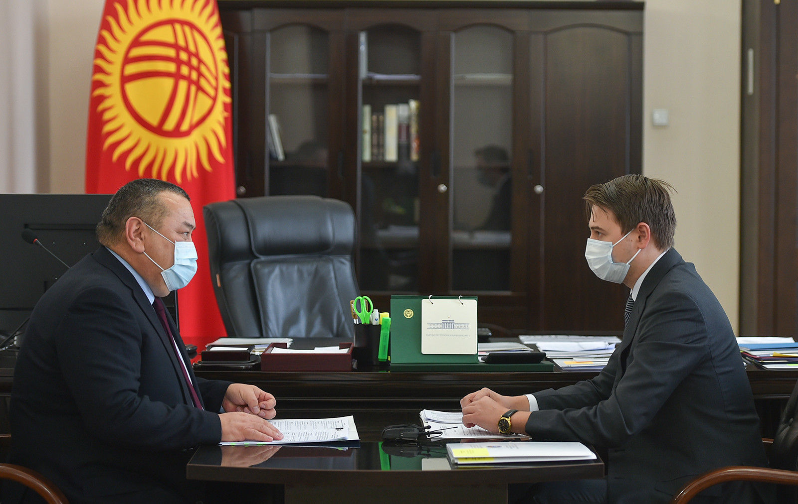 И.о. премьер-министра, первый вице-премьер-министр КР Артем Новиков во время встречи с и.о. мэра города Бишкек Балбаком Тулобаевым. 01 декабря 2020 года