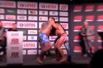 Потасовку спровоцировал один из спортсменов — он вручил сопернику подгузник. Тот мгновенно отреагировал.