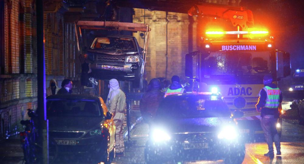 Полицейские и рабочие эвакуируют автомобиль, участвовавший в инциденте в центре города, где врезался в пешеходов, Трир (Германия)