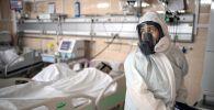 Медицинский работник в отделении реанимации и интенсивной терапии в госпитале COVID-19 в городской клинической больнице № 52 в Москве.